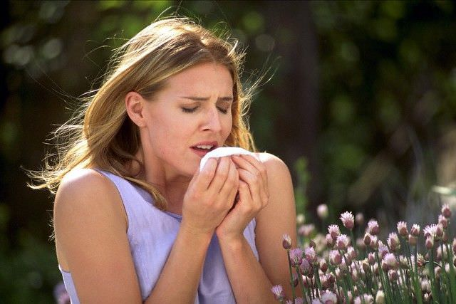 Фото 1. Кашель - частый симптом аллергии.