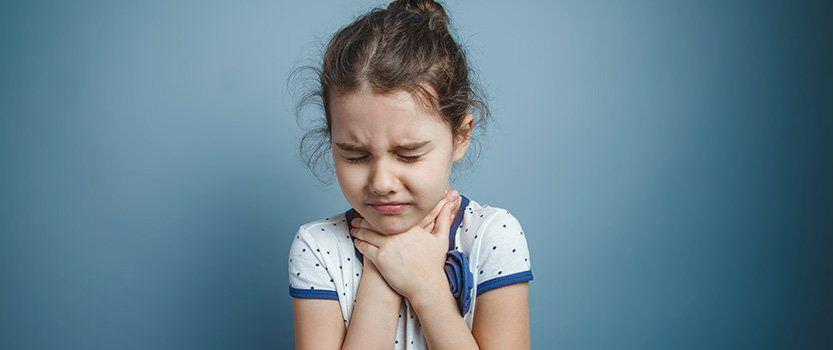 Фото ребенка, который испытывает боль в горле