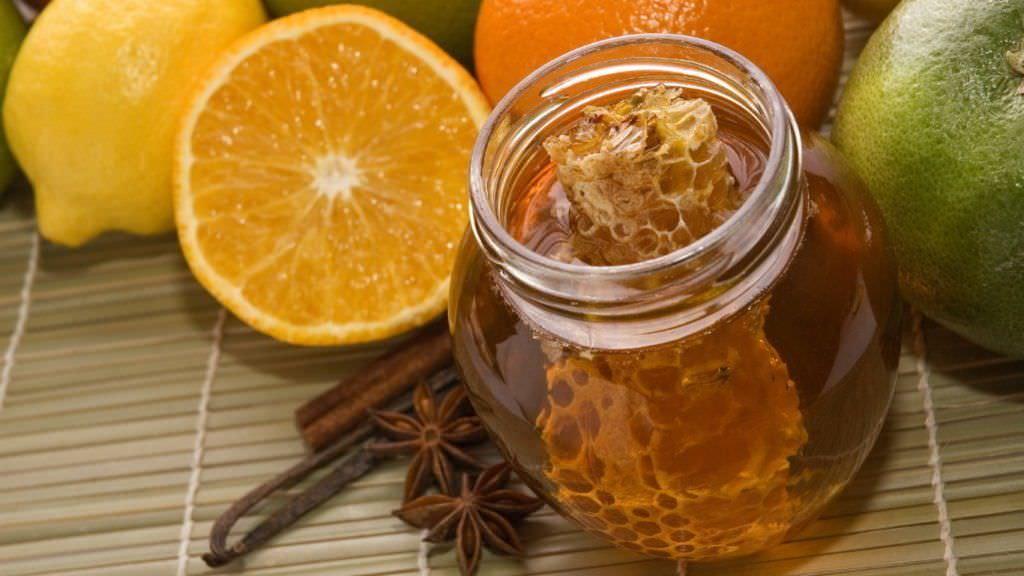 Мед с лимоном - отличное средство для лечения влажного кашля у беременных