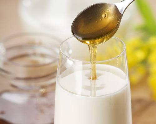 Молоко с медом - эффективное средство при кашлевых приступах