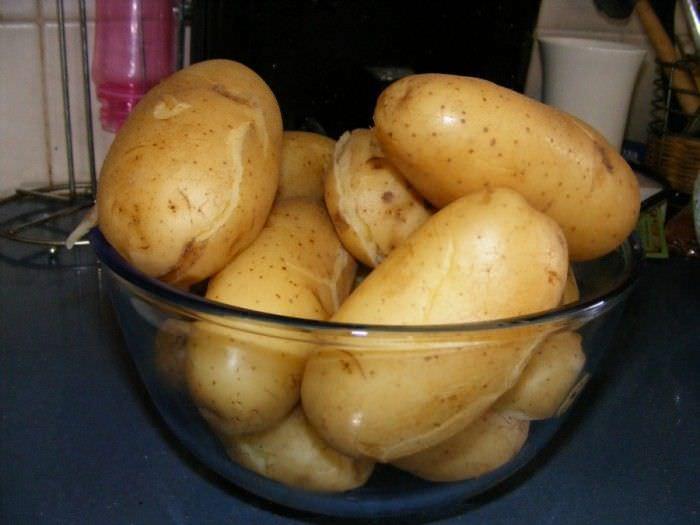 Пар от горячего картофеля - отличное средство от сухого кашля.