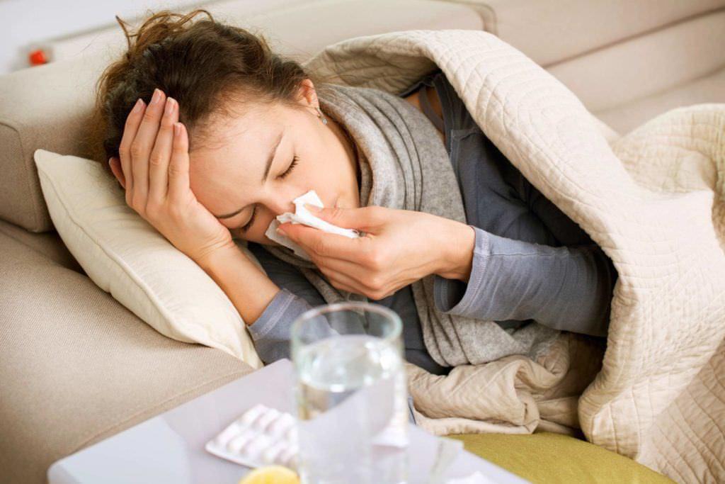 Позаботьтесь о постельном режиме и частом питье