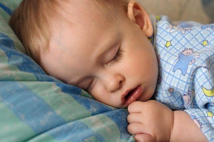 При аденоидах у ребенка затруднено носовое дыхание.