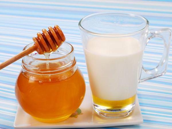 При кашле необходимо обеспечить больному обильное питье.