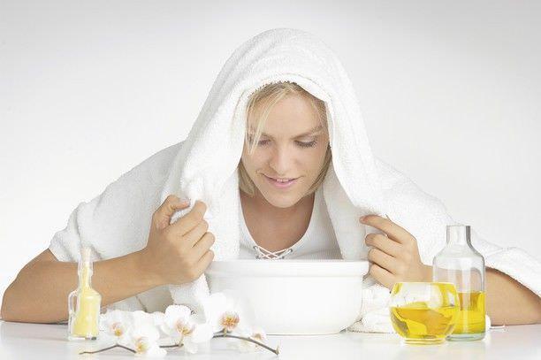 Сегодня ингаляции доступны всем. Их можно получать как в физкабинете с применением лекарства, так и проводить дома на основе целебных растений.