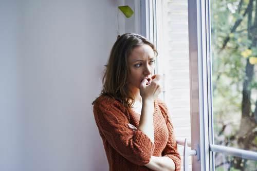 Волнение и подавление эмоций нередко становятся причиной кашля