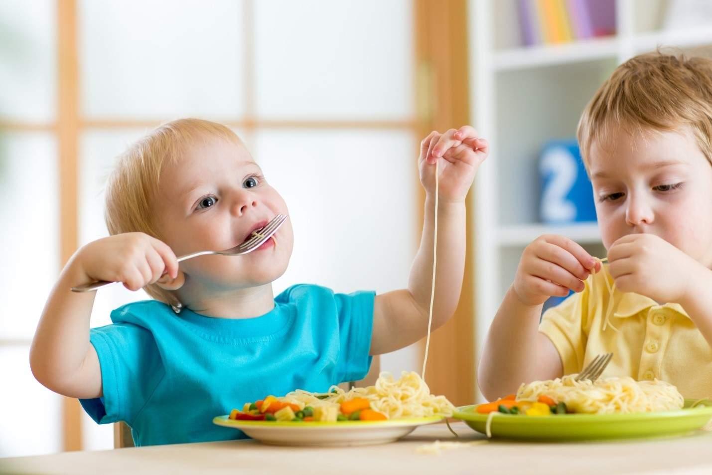 Ваш ребенок во время еды кашляет? Как правило, это связано с игнорированием норм поведения за столом.