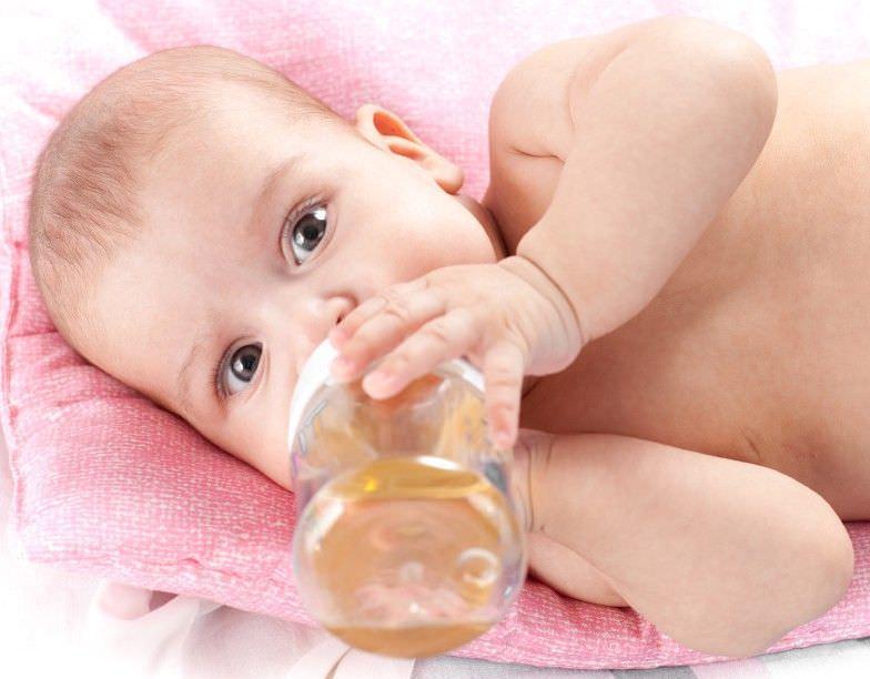 Когда малыша мучает грудной кашель – лечение должно включать в себя потребление большого количества жидкости