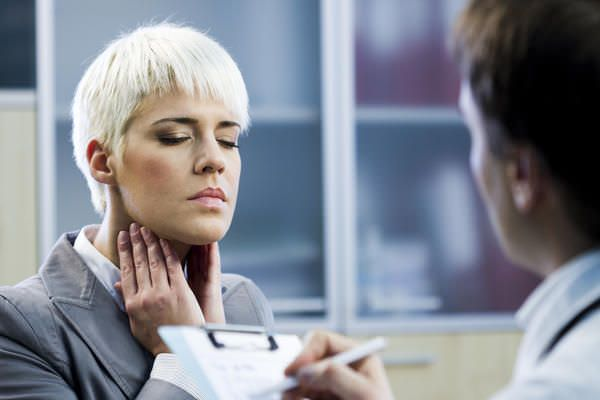 Боль и першение в горле — основная жалоба пациентов