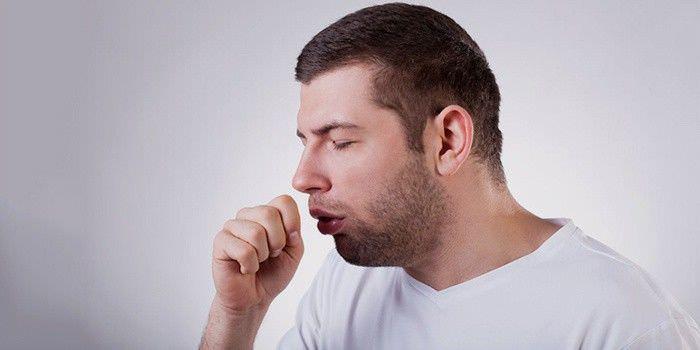 Человек кашляет при ларингите