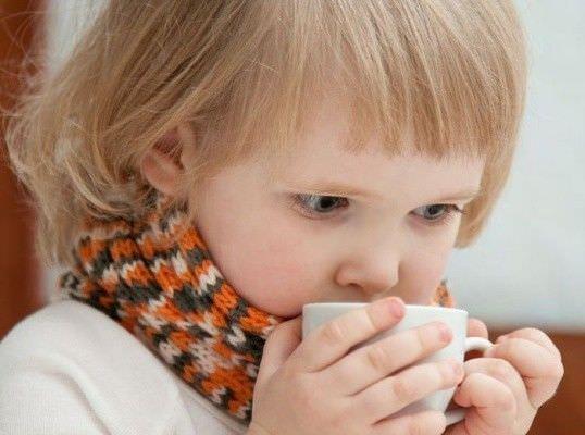 Чтобы облегчить приступ кашля – ребенку можно предложить теплое питье (обычно травяной чай или молоко)