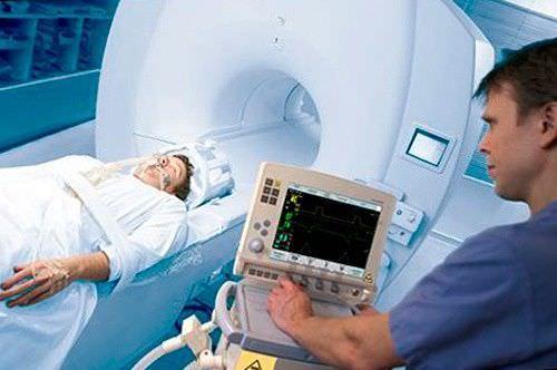 Дать информацию о состоянии легких и соседних органов помогут вспомогательные методы диагностики. Например, МРТ легких, как на фото.