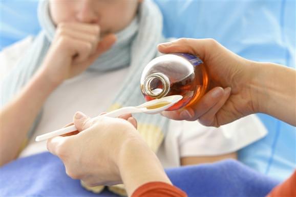 Детям рекомендуется давать противокашлевые препараты в виде сиропа.