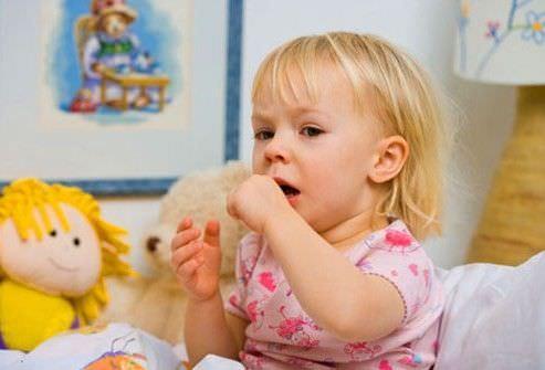 Длительные приступы кашля причиняют дискомфорт ребенку.