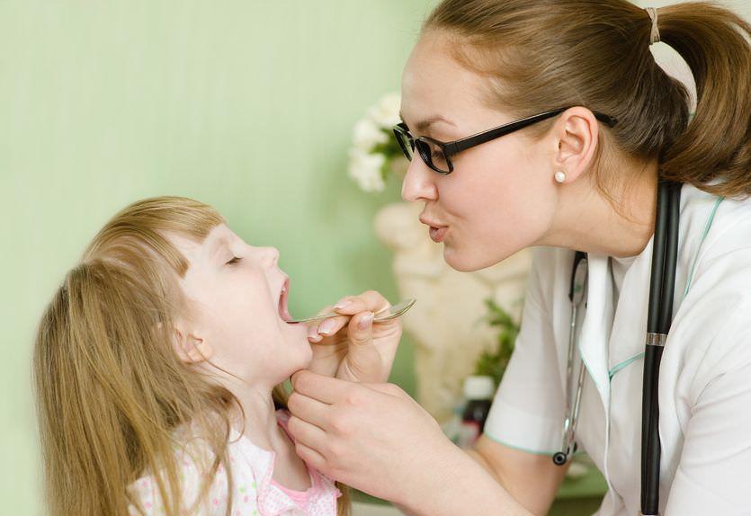Длительный мокрый кашель у детей требует осмотра ребенка педиатром