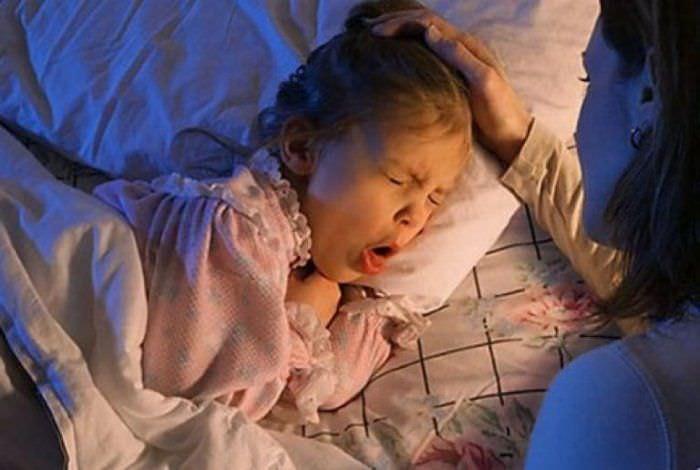 Если ребенок не только кашляет, но у него наблюдается и другая тревожная симптоматика, необходимо срочно обращаться за медпомощью в любое время дня или ночи.