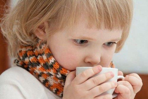 Этот напиток имеет весьма специфический вкус, который при определенных условиях может спровоцировать у ребенка рвотный рефлекс, особенно если заставлять кроху пить «коктейль» против его воли.