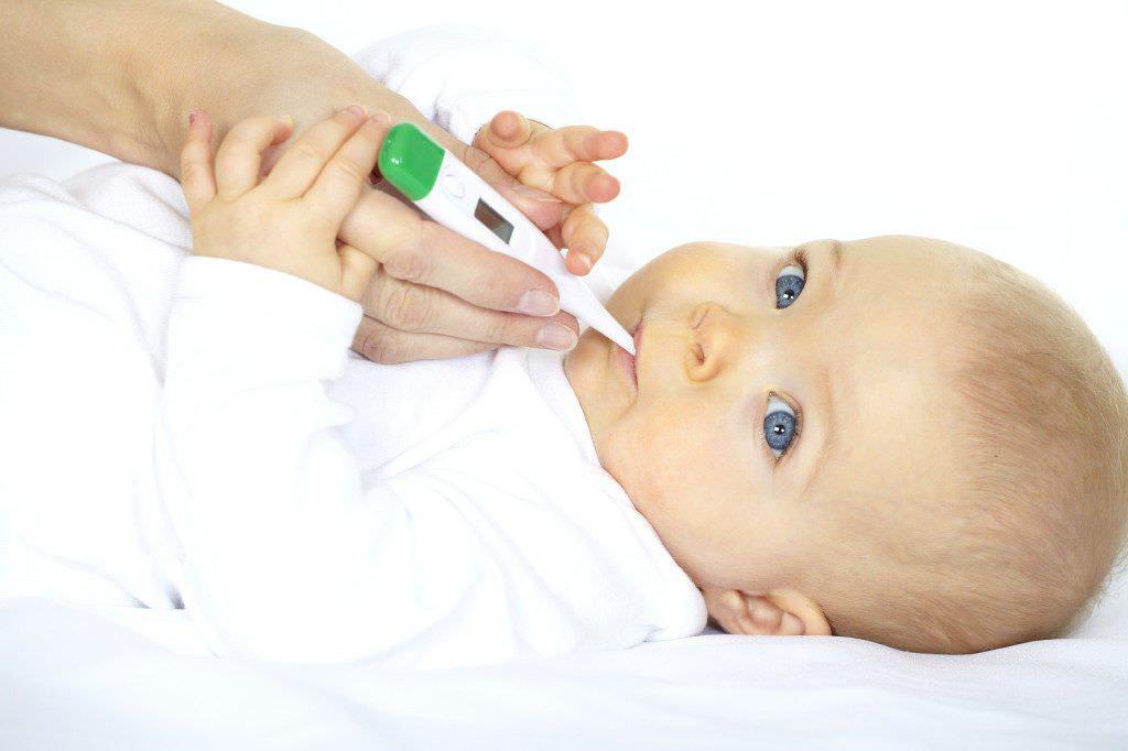 Фото измерения температуры у ребенка.