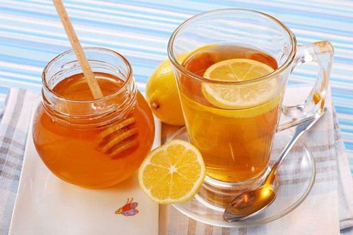 Горячий чай поможет приостановить приступ кашля, а также уменьшит неприятные ощущения.