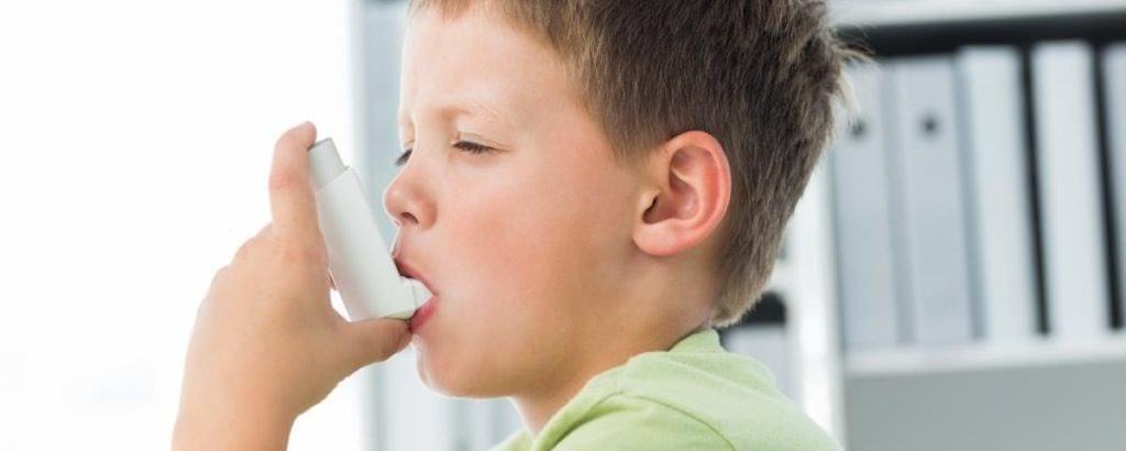 Кашель по ночам сухой часто является причиной бронхиальной астмы, особенно у детей.