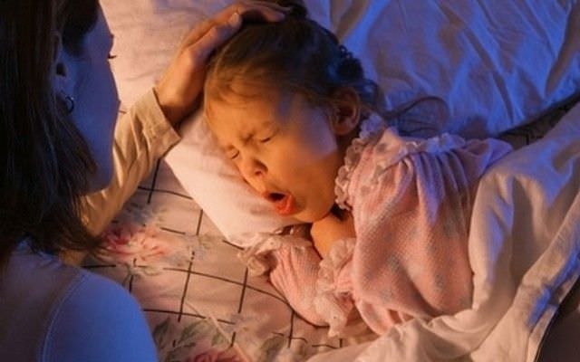 Кашель, появляющийся ночью, нарушает безмятежный сон ребенка