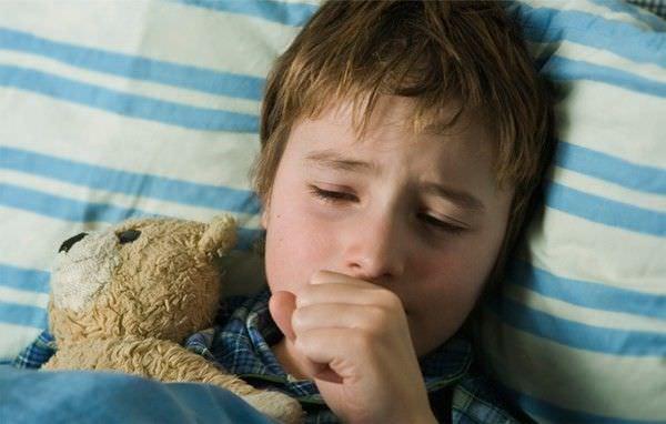 Кашель при аденоидите часто беспокоит детей ночью, что очень беспокоит ребенка и мешает ему выспаться.