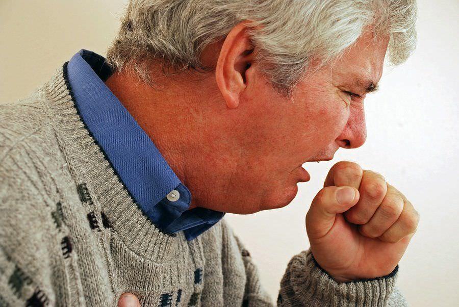 Курильщики в группе риска для развития хронического кашля.