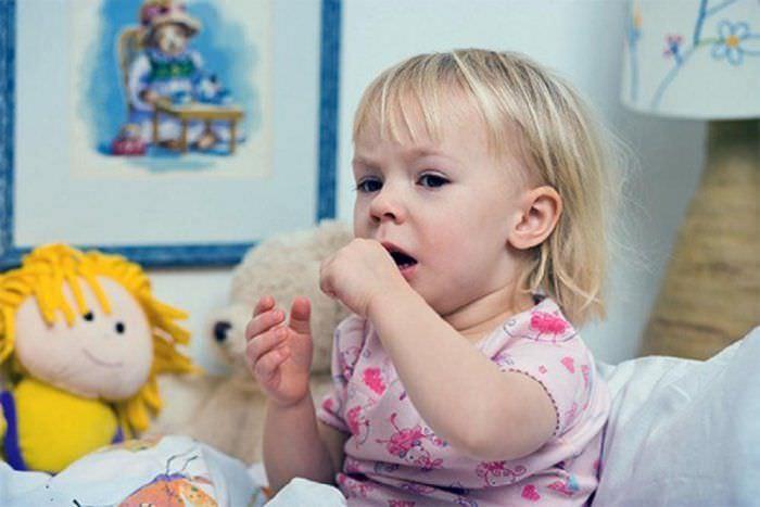 Лающий кашель у ребенка может быть, в том числе, признаком ложного крупа.