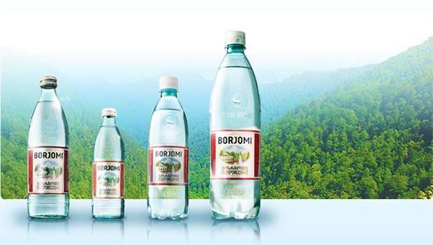 Минеральная вода Боржоми (на фото), насыщенная минералами и солями в сочетании с молоком - это эффективный способ облегчить сухой кашель и значительно улучшить самочувствие при простуде