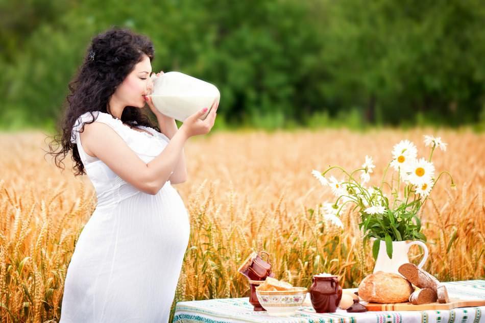 Молоко — не только источник кальция для беременной, но и лечебный продукт