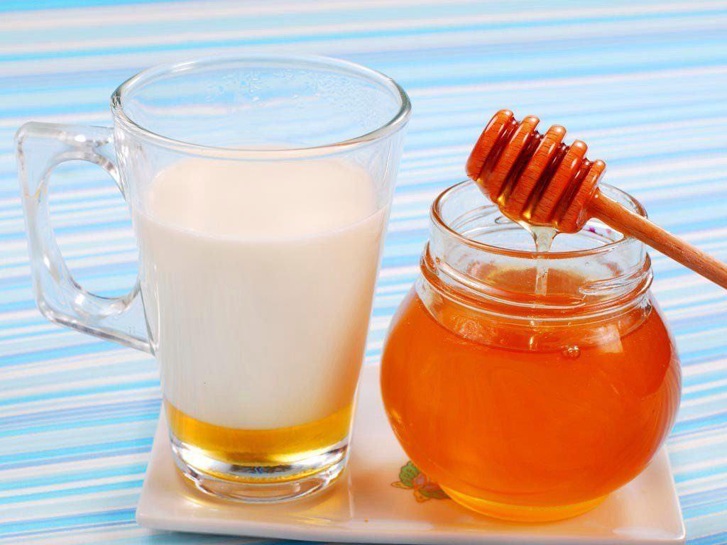 Молоко и мед для лечения кашля