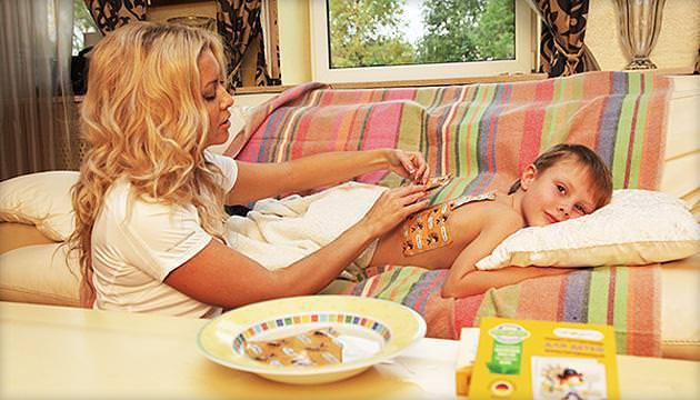 На фото показана основная область, куда ставить горчичники при кашле детям