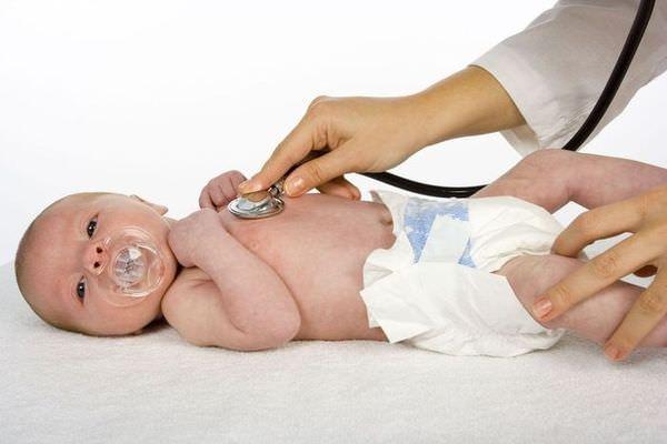 Осмотр у педиатра важен для определения причины кашля