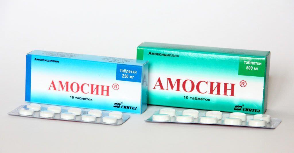 Популярный антибиотик Амоксициллин имеет несколько торговых названий, в том числе и Амосин. Средняя цена препарата – 80 рублей за 10 таблеток.