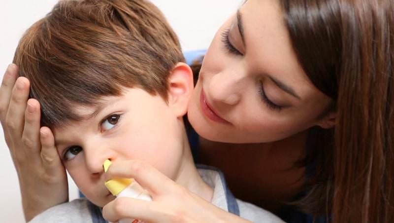 При лечении аденоидита используют промывания носа солевыми или содовыми растворами.