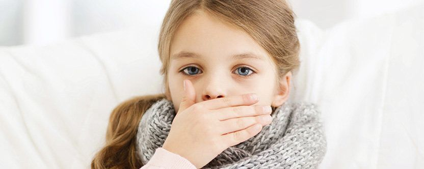 При возникновении внезапного приступа кашля следует оказать ребенку немедленную помощь.