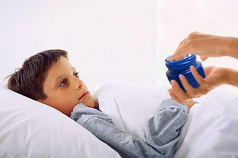Растирания грудной клетки при длительном кашле согревающими мазями используют, как дополнительный метод лечения при длительном кашле у детей