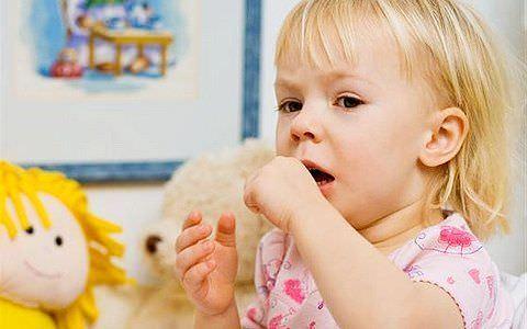Сильный сухой кашель у детей нельзя оставлять без внимания. Он может быть симптомом серьезных заболевания.