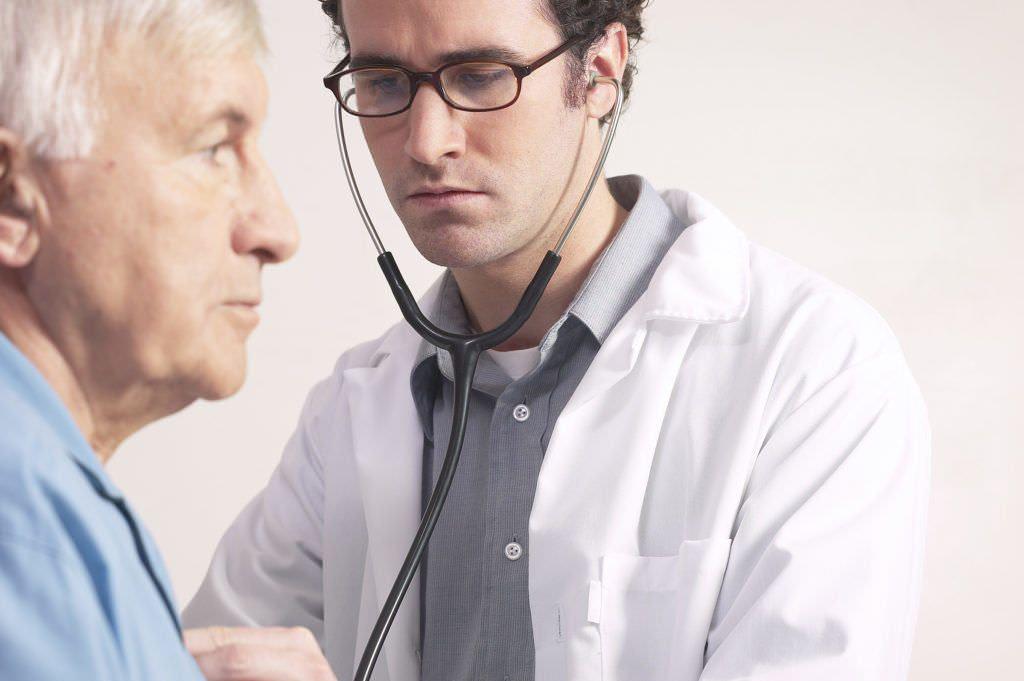 Сталкиваясь с вопросом «чем вылечить застарелый кашель», медики выбирают комбинацию назначения лекарственных средств и физиотерапевтических процедур.