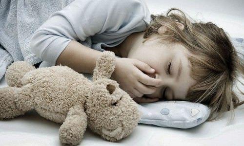 Тематическое фото к статье о ночном кашле ребенка