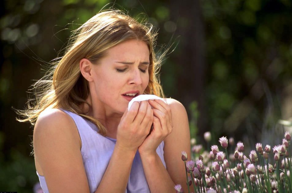 Часто покашливание, а затем сильный кашель, возникает при аллергии.