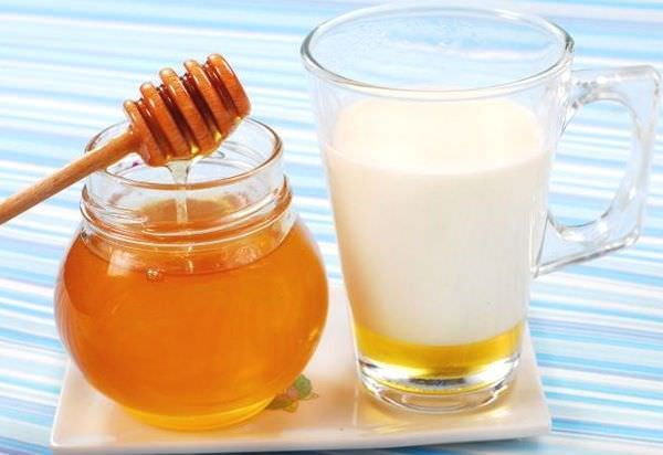 Молочно-медовый напиток – один из самых простых в приготовлении, всего два ингредиента