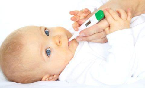 У малышей температура может подниматься при прорезывании зубов