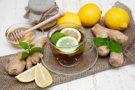 Напиток на основе имбиря, куркумы и лимона
