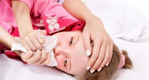 Чаще переворачивайте ребенка на бок, таким образом симптомы будут облегчены