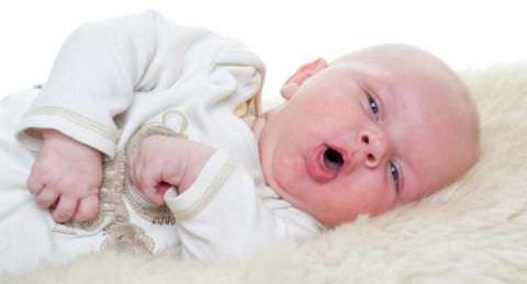 Для того, чтобы облегчить симптомы кашля, можно красть малыша набок