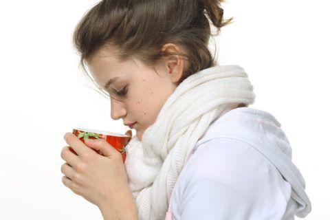 Обильное теплое питье поможет облегчить симптомы кашля