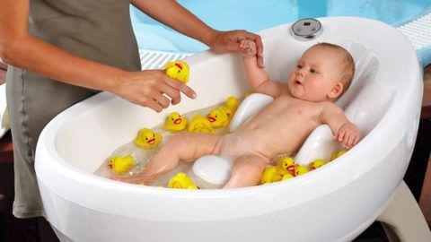 Расслабить тело малыша и избавить его от кашля можно с помощью ванночек