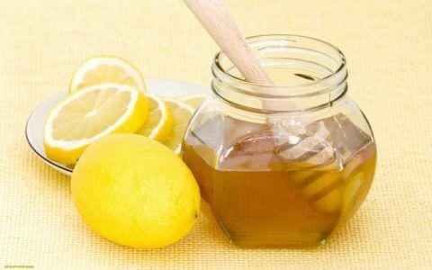 Теплый чай с медом и лимоном смягчит горло и успокоит слизистую.