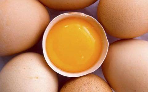 Яичные желтки в купе с молоком и медом прекрасно лечат кашель.